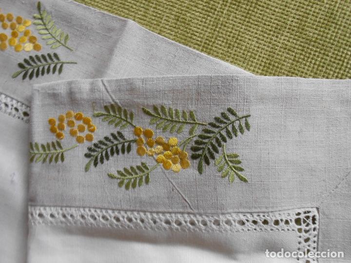 Antigüedades: Camino de mesa/Mueble bordado mimosas a mano. 50 x 150 cm. Nuevo - Foto 2 - 235470660