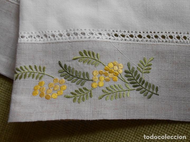 Antigüedades: Camino de mesa/Mueble bordado mimosas a mano. 50 x 150 cm. Nuevo - Foto 3 - 235470660