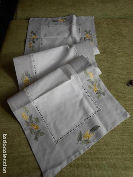 Antigüedades: Camino de mesa/Mueble bordado mimosas a mano. 50 x 150 cm. Nuevo - Foto 4 - 235470660