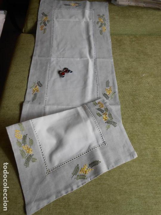 Antigüedades: Camino de mesa/Mueble bordado mimosas a mano. 50 x 150 cm. Nuevo - Foto 5 - 235470660
