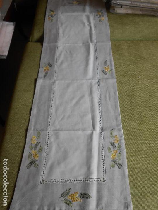 Antigüedades: Camino de mesa/Mueble bordado mimosas a mano. 50 x 150 cm. Nuevo - Foto 6 - 235470660