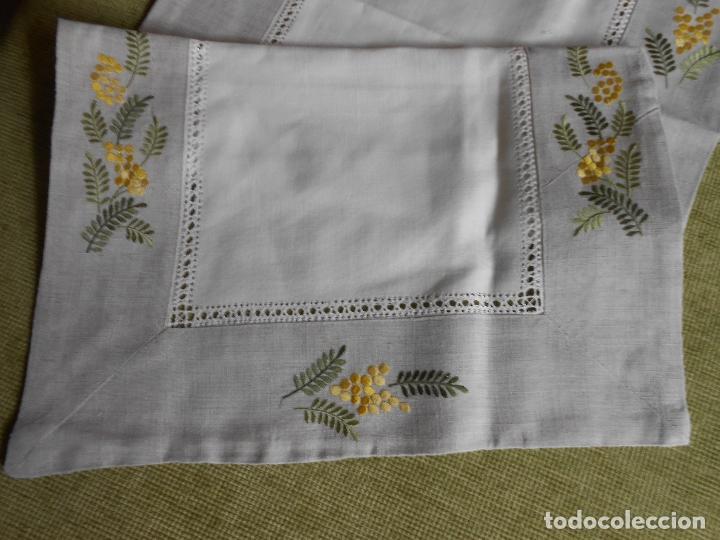 Antigüedades: Camino de mesa/Mueble bordado mimosas a mano. 50 x 150 cm. Nuevo - Foto 7 - 235470660