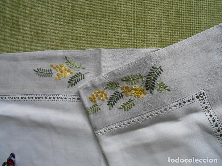 Antigüedades: Camino de mesa/Mueble bordado mimosas a mano. 50 x 150 cm. Nuevo - Foto 8 - 235470660