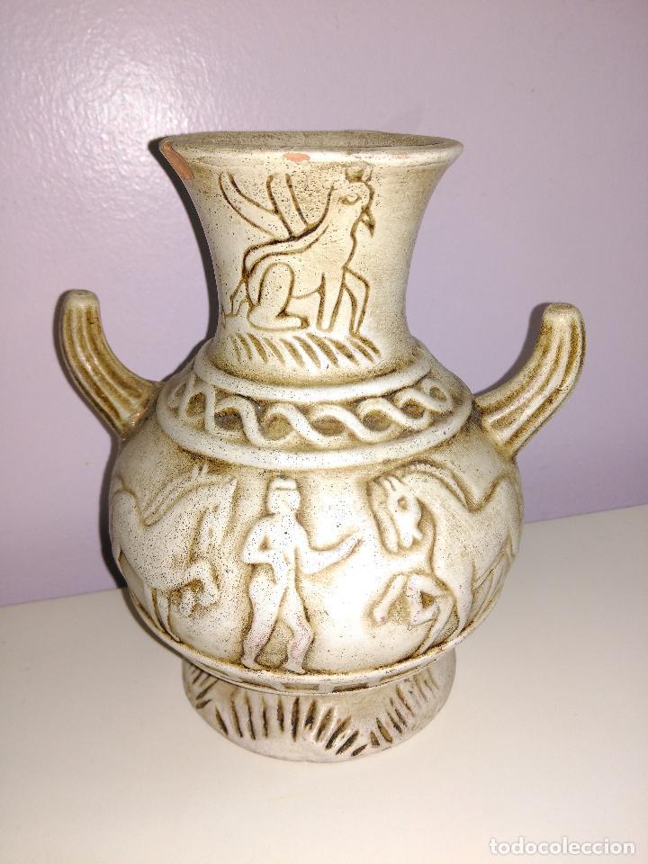 JARRON O FLORERO DE CERAMICA. ESCENAS DE ROMANOS A CABALLOS. (Antigüedades - Hogar y Decoración - Floreros Antiguos)