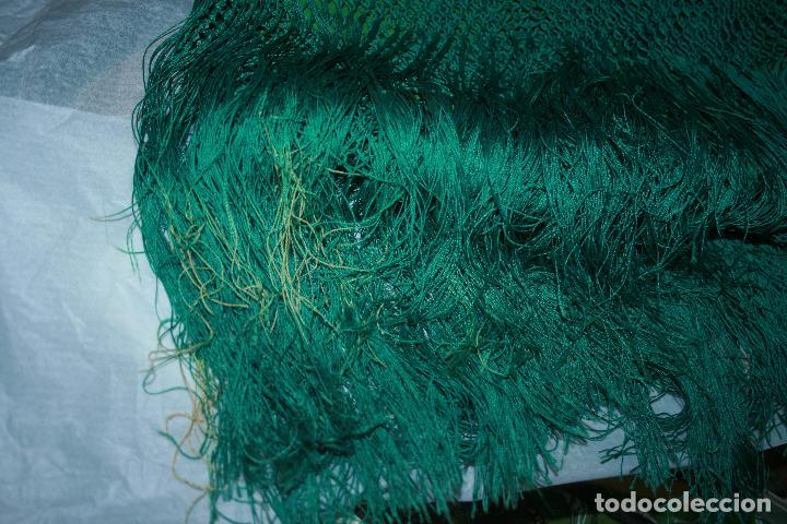 Antigüedades: Pañuelo o pequeño mantón de manila en seda. mide 90 x 90 mas 25 cms fleco. con desgarros - Foto 2 - 111408567