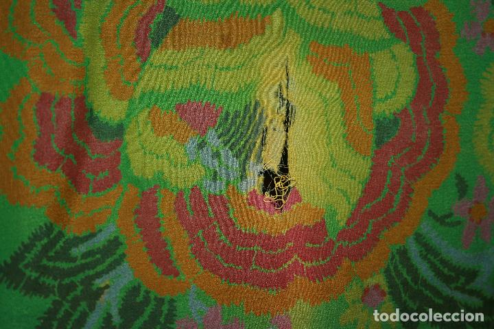 Antigüedades: Pañuelo o pequeño mantón de manila en seda. mide 90 x 90 mas 25 cms fleco. con desgarros - Foto 3 - 111408567