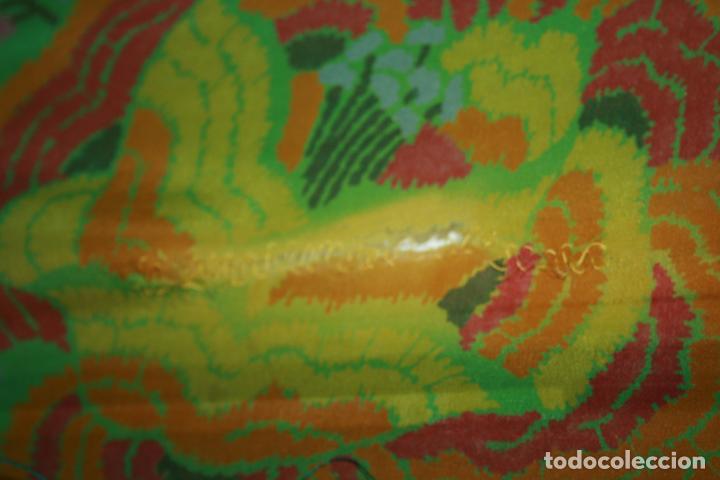 Antigüedades: Pañuelo o pequeño mantón de manila en seda. mide 90 x 90 mas 25 cms fleco. con desgarros - Foto 4 - 111408567