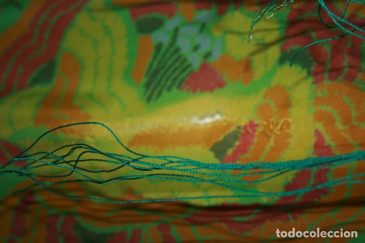 Antigüedades: Pañuelo o pequeño mantón de manila en seda. mide 90 x 90 mas 25 cms fleco. con desgarros - Foto 5 - 111408567