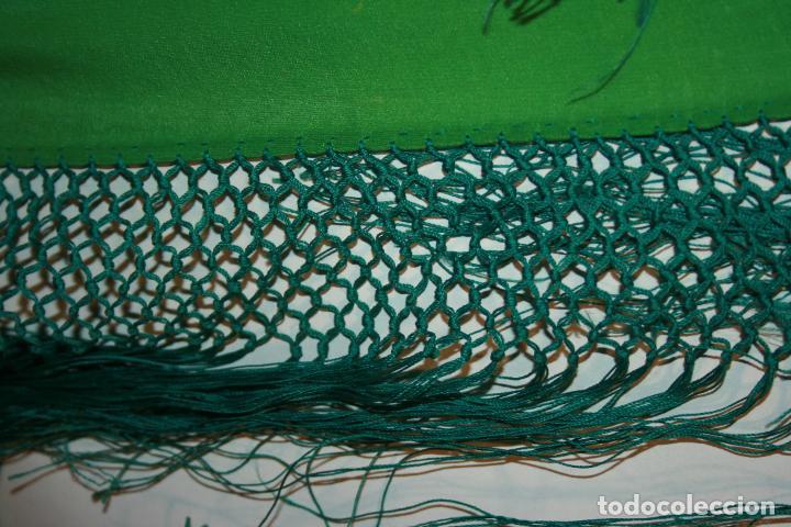 Antigüedades: Pañuelo o pequeño mantón de manila en seda. mide 90 x 90 mas 25 cms fleco. con desgarros - Foto 8 - 111408567