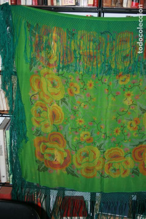 Antigüedades: Pañuelo o pequeño mantón de manila en seda. mide 90 x 90 mas 25 cms fleco. con desgarros - Foto 9 - 111408567