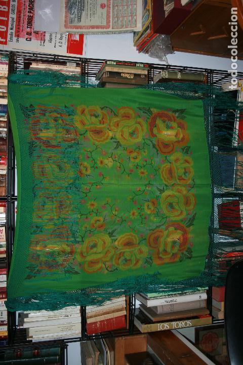 Antigüedades: Pañuelo o pequeño mantón de manila en seda. mide 90 x 90 mas 25 cms fleco. con desgarros - Foto 10 - 111408567