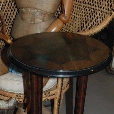 Antigüedades: MUY BONITO VELADOR DE MADERA DE RAÍZ CON MARQUETERÍA. Lote 111409631