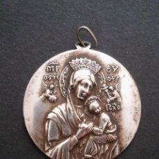 Antigüedades: ANTIGUA MEDALLA RELIGIOSA GRANDE DE VIRGEN CON NIÑO JESÚS, PERPETUO SOCORRO. POSIBLE BAÑO PLATA S XX. Lote 111418839