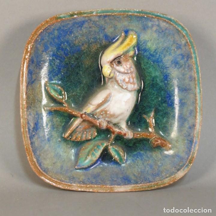 PLATO VINTAGE DE CERÁMICA CON RELIEVE PARA PARED DE MAJOLIKA KARLSRUHE. 1959 (Antigüedades - Porcelana y Cerámica - Alemana - Meissen)