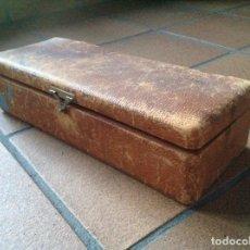 Antigüedades: CAJA MADERA AÑOS 40 HEBILLA FORRADA. Lote 111433247