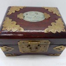 Antigüedades: PRECIOSA CAJA TIPO COFRE JOYERO CHINA CON APLICACIONES DE LATÓN Y MEDALLÓN DE JADE.. Lote 111448867