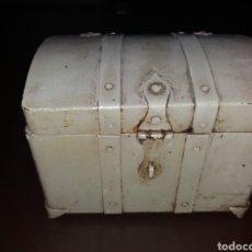 Antigüedades: PEQUEÑO BAUL,COFRE METÁLICO.. Lote 111486572
