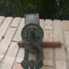 Antigüedades: ANTIGUO RALLADOR DE PAN MARCA ELMA. Lote 111500639