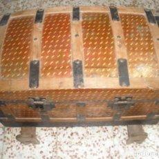 Antigüedades: ANTIGUO BAUL, FORRADO INTERIOR Y PATAS DE SUJECIÓN. Lote 111515615