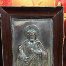 Antigüedades: ANTIGUO PLAFON DE METAL SAGRADO CORAZON DE JESUS - MEDIDA MARCO 65X53 CM - RELIGIOSO. Lote 111527303