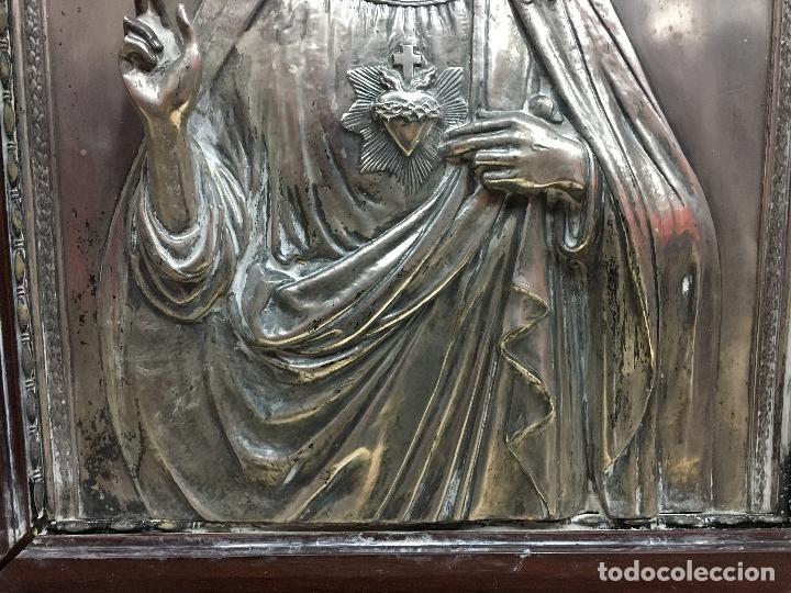Antigüedades: ANTIGUO PLAFON DE METAL SAGRADO CORAZON DE JESUS - MEDIDA MARCO 65X53 CM - RELIGIOSO - Foto 8 - 111527303