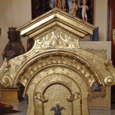 Antigüedades: SAGRARIO CATEDRALICIO DEL SIGLO XVIII, CON 104 CM DE ALTURA EN MADERA TALLADA Y DORADA.. Lote 111541119