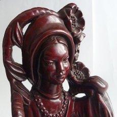 Antigüedades: FIGURA FEMENINA ORIENTAL - EXCELENTE MODELADO EN ESCAYOLA CON PÁTINA COLOR CAOBA - 42 CM.. Lote 111547027