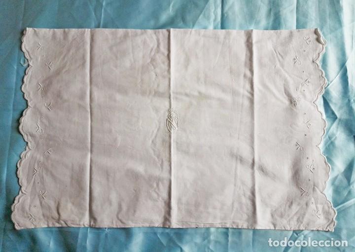Antigüedades: Funda almohada antigua bebe bebes niños blanca iniciales - Foto 2 - 111631271