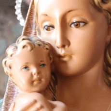 Antigüedades: PLAFON EN RELIEVE DE LA VIRGEN CON NIÑO JESÚS EN ESCAYOLA MUY BELLA MATERNIDAD 35 CM. Lote 111621932