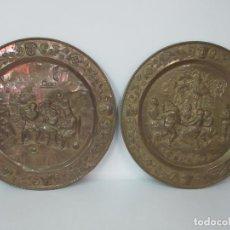 Antigüedades: BONITA PAREJA DE BANDEJAS - BANDEJA - LATÓN REPUJADO - ESCENAS POPULARES - 64 CM DIÁMETRO - S. XIX. Lote 111690263