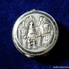 Antigüedades: PEQUEÑA CAJITA TIPO RELICARIO REALIZADA EN PLATA DE VIRGEN DE MONTSERRAT MORENETA RELIQUIA. Lote 111727303