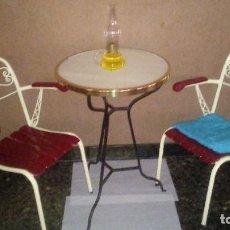 Antigüedades: MESA MÁRMOL Y HIERRO FORJADO DE 1932 Y 2 SILLAS MADERA Y FORJADAS DE 1958 - HOTEL COLON ARGENTONA. Lote 111729591