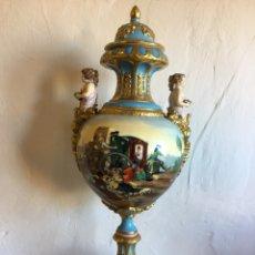 Antigüedades: GRAN JARRÓN DE PORCELANA TIPO SEVRES PINTADO A MANO. Lote 111433303