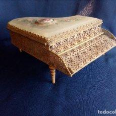 Antigüedades: ANTIGUO JOYERO DE NACAR Y DECORARIO,FILIGRANAS ENDORADO CON FORMA DE PIANO DE COLA.. Lote 111777623