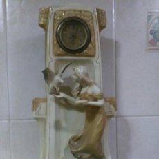 Antigüedades: RELOJ DE SOBREMESA EN PORCELANA ROYAL DUX,ÉPOCA MODERNISTA S.XIX-XX ,ALGÚN DESPERFECTO. Lote 111800439