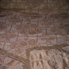 Antigüedades: ANTIGUA COLCHA EXTRENAR DAMASCO BORDADO ORO RELIEVE CON FLECOS TELA CONFECCIONES MANTON INDUMENTARIA. Lote 111807254