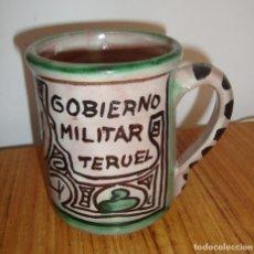 Antigüedades: (TC-106) CURIOSA TAZA JARRA CERAMICA DOMINGO PUNTER DE TERUEL PARA GOBIERNO MILITAR TERUEL. Lote 111816331