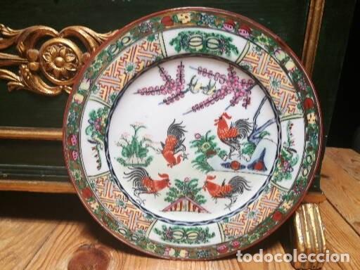 PLATO CON GALLOS. MACAO. HACIA 1920 (Antigüedades - Porcelanas y Cerámicas - China)