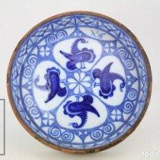 Antigüedades: ANTIGUA CAZUELA BARRO COCIDO / CERÁMICA VIDRIADA Y FORRADA EN CUERO - BLANCA Y AZUL - DIÁMETRO 32 CM. Lote 111880619