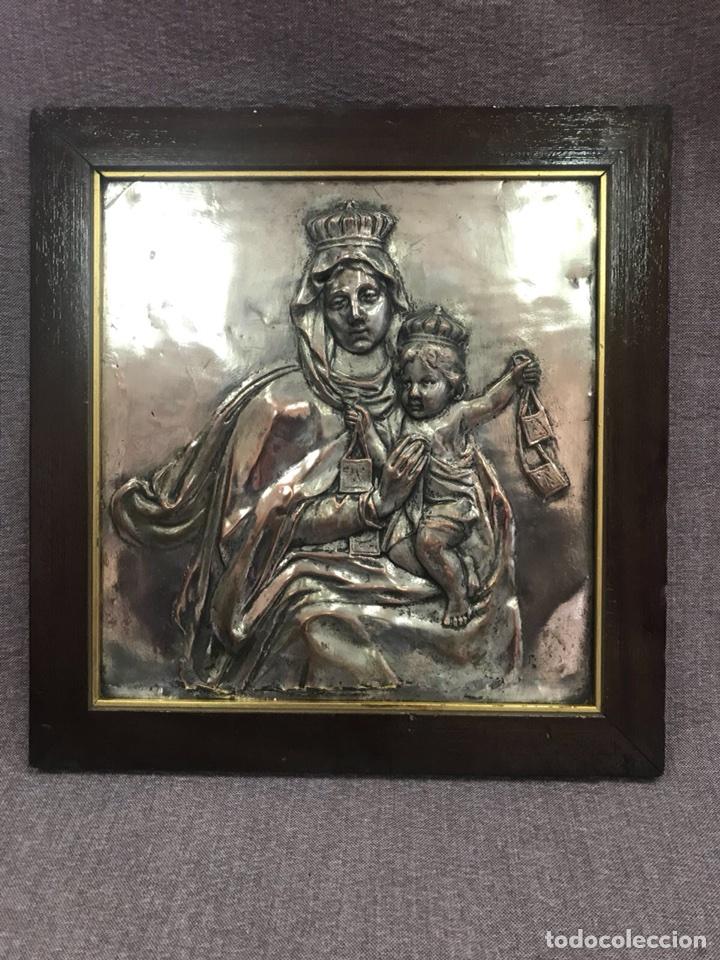 Antigüedades: FANTÁSTICO CUADRO DE LA VIRGEN DEL CARMEN FABRICADO EN BRONCE CON BAÑO DE PLATA VINTAGE AÑOS 60 - Foto 3 - 111901543