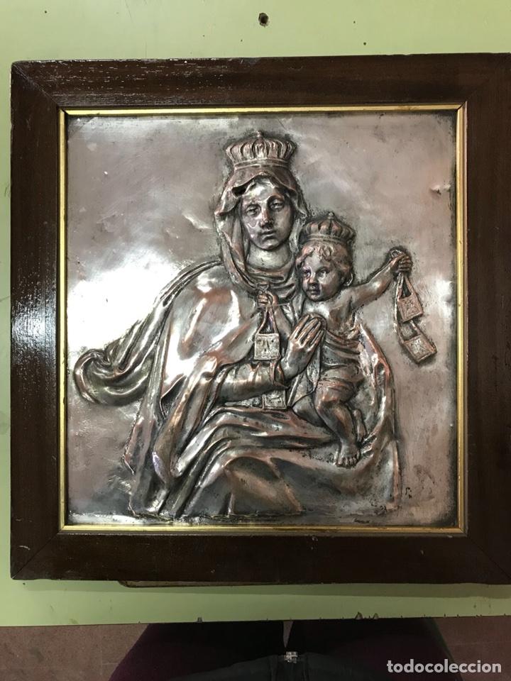 Antigüedades: FANTÁSTICO CUADRO DE LA VIRGEN DEL CARMEN FABRICADO EN BRONCE CON BAÑO DE PLATA VINTAGE AÑOS 60 - Foto 2 - 111901543
