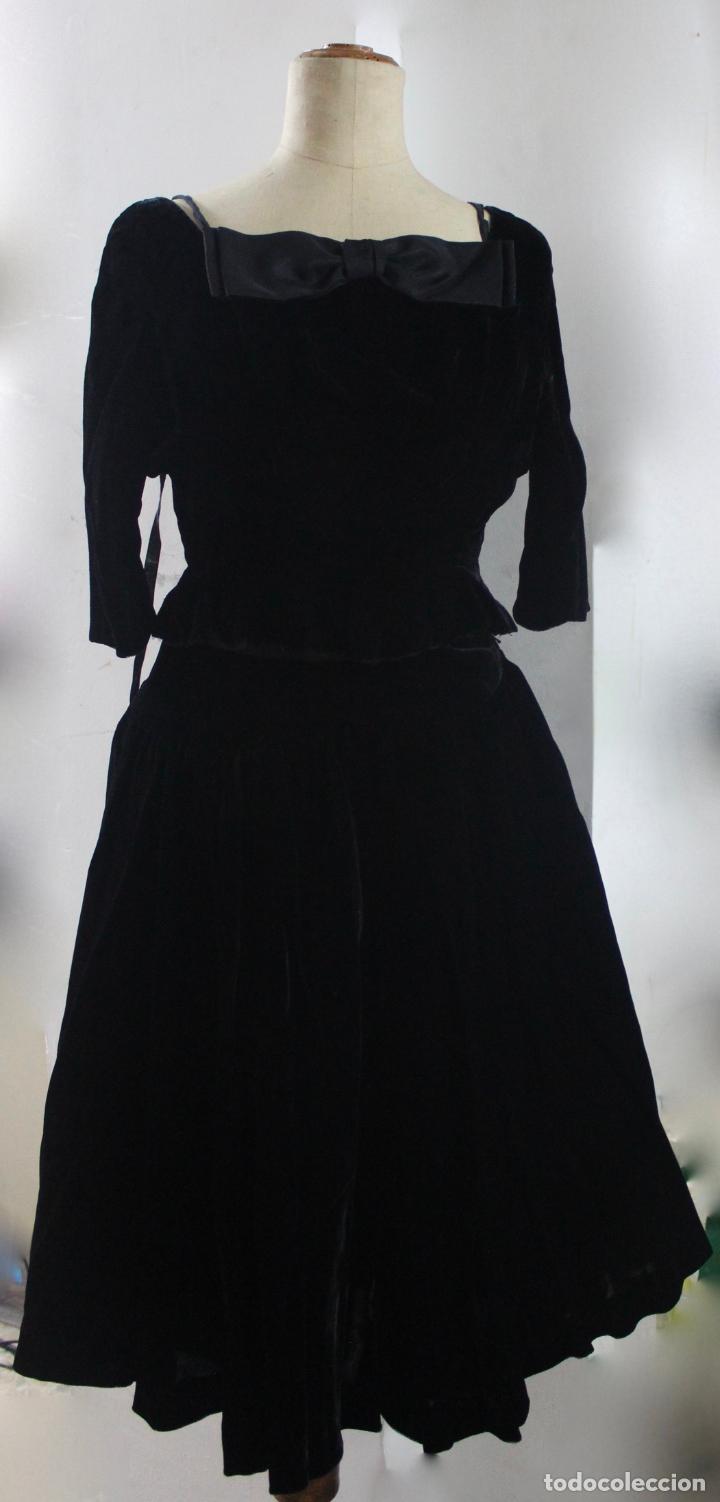 VE-191. VESTIDO DE TERCIOPELO NEGRO EN DOS PIEZAS. MEDIADOS S.XX. (Antigüedades - Moda y Complementos - Mujer)
