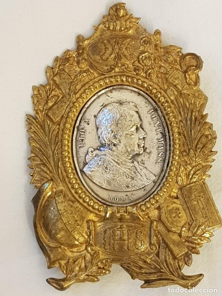 MEDALLA DE PLATA CON MARCO DE LATÓN. PAPA PÍO X (1903-1914) (Antigüedades - Religiosas - Orfebrería Antigua)