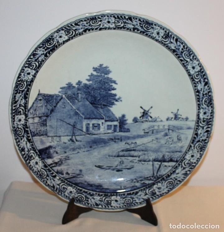 GRAN PLATO EN CERÁMICA DELFT FIRMADO J. SONNEVILLE - MEDIADOS SIGLO XX - 39.5 CM. DE DIÁMETRO (Antigüedades - Porcelana y Cerámica - Holandesa - Delft)