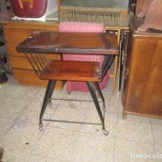 Antiquitäten - Pequeña mesa de TV con ruedas de los 80 madera formica y hierro 65x38 cm. altura 76 cm. Saludos - 112129607
