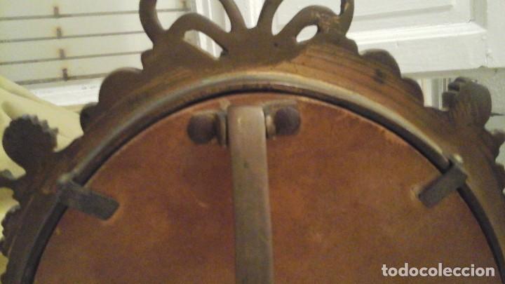Antigüedades: Espejo de bronce con cristal biselado . Años 50 . - Foto 7 - 112176083
