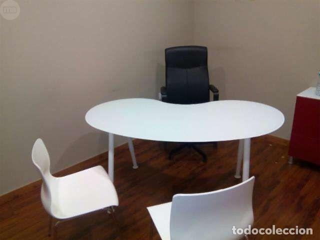 MESA OFICINA CRISTAL OVAL, con patas metálicas, ideal para oficina moderna.