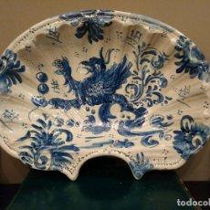 Antigüedades: ANTIGUA BACIA AVENARADA FORMA DE CONCHA - TALAVERA DE LA REINA SERIE AZUL - MOTIVO MITOLÓGICO GRIFO. Lote 112181943