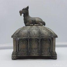 Antigüedades: COFRE ANTIGUO HINDÚ EN METAL PLATEADO CON BELLOS RELIEVES Y CABRA SAGRADA EN LA TAPA .. Lote 112209827