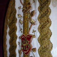 Antigüedades: ESPECTACULAR ANTIGUA CASULLA CON MAGNIFICO BORDADO EN HILO DE ORO FONDO EN TELA DAMASCO S. XIX. Lote 112218307
